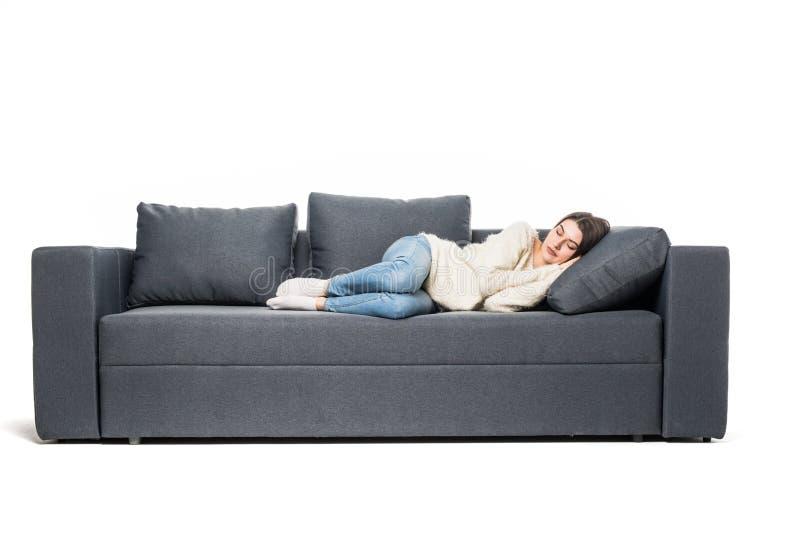 Stående av den härliga unga kvinnan som sover på soffan arkivbild