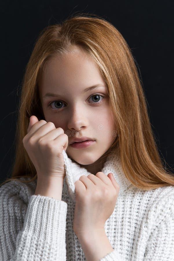 Stående av den härliga unga rödhårig manflickan som poserar i studio fotografering för bildbyråer