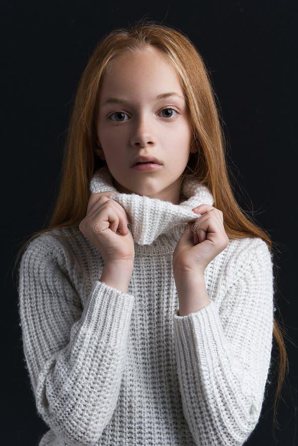 Stående av den härliga unga rödhårig manflickan som poserar i studio arkivfoton