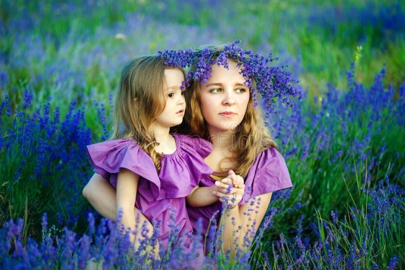 Stående av den härliga den utomhus- unga kvinnan och hennes lilla dottern fotografering för bildbyråer