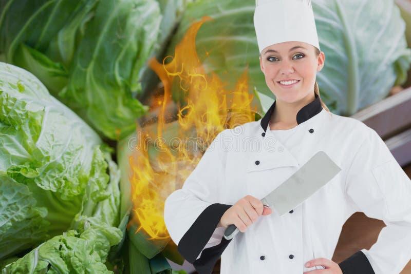 Stående av den hållande kökkniven för kock med brand och grönsaker i bakgrund royaltyfri illustrationer