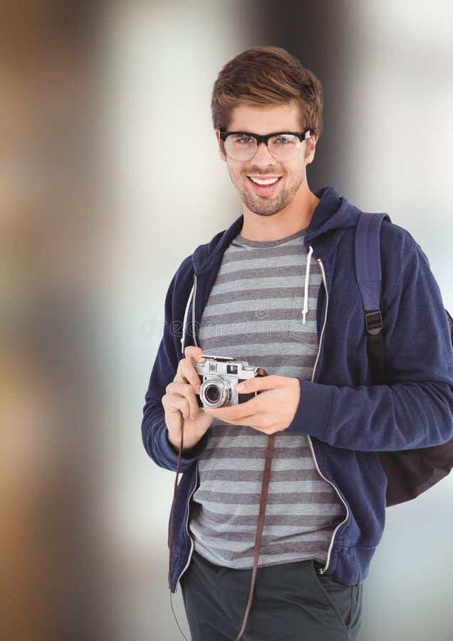 Stående av den hållande kameran för lycklig manlig hipster royaltyfria bilder