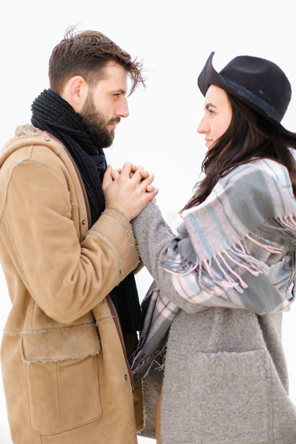 Stående av den hållande kvinnahanden för ung europeisk man i vit bakgrund, bärande lag med halsduken royaltyfri fotografi