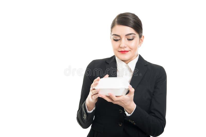 Stående av den hållande lunchasken för härlig stewardess arkivbild