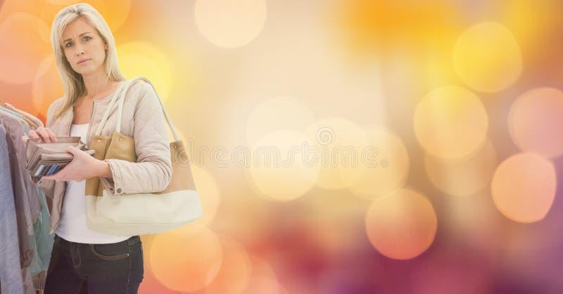 Stående av den hållande plånboken för kvinna, medan shoppa över bokeh royaltyfri bild