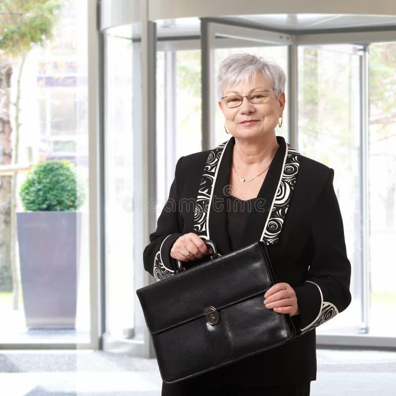 Stående av den höga affärskvinnan royaltyfri fotografi