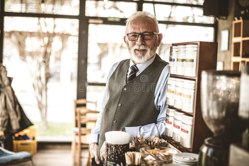Stående av den höga affärsmannen på coffee shop arkivfoton