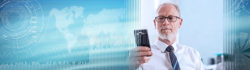 Stående av den höga affärsmannen som ser hans mobiltelefon panorama- baner royaltyfri bild