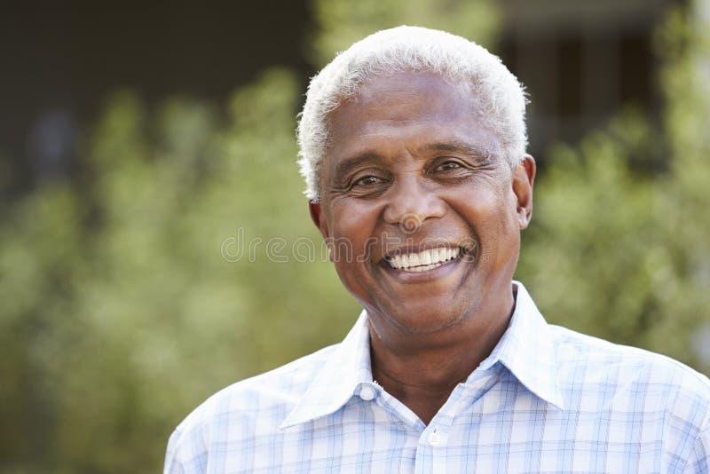 Stående av den höga afrikansk amerikanmannen, slut upp arkivfoton