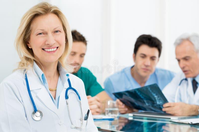 Stående av den höga kvinnliga doktorn fotografering för bildbyråer