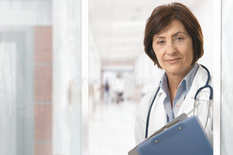 Stående av den höga kvinnliga doktorn på sjukhuset arkivfoton