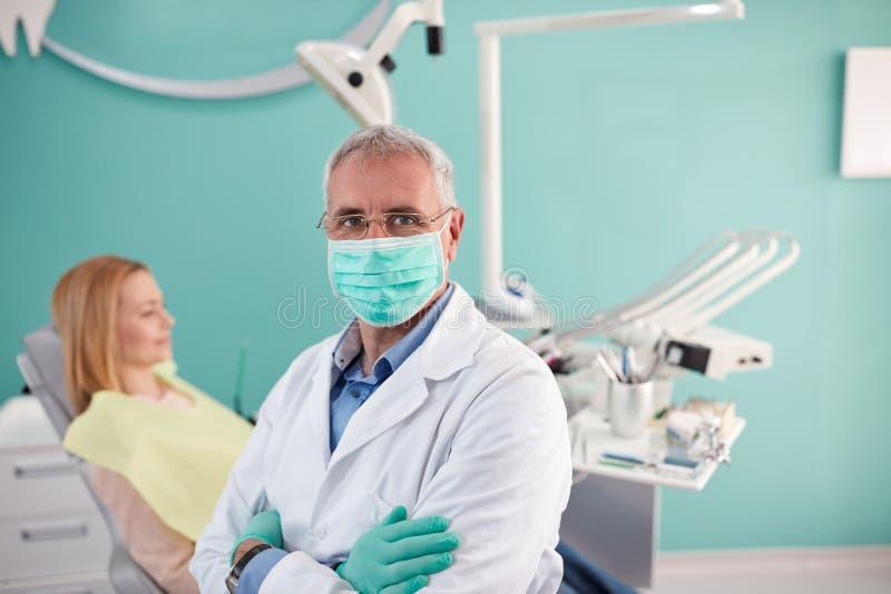 Stående av den höga tandläkaren i tand- klinik royaltyfria bilder