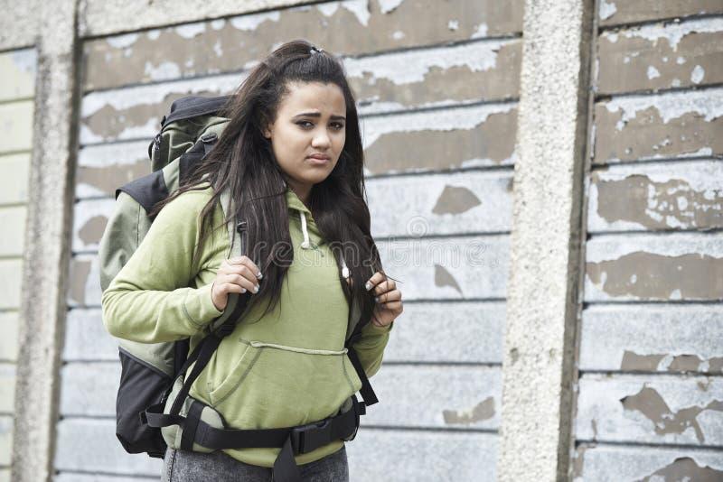 Stående av den hemlösa tonårs- flickan på gatan med ryggsäcken royaltyfri foto