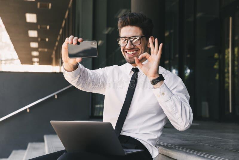 Stående av den iklädda formella dräkten för lycklig affärsman som ut sitter arkivfoto