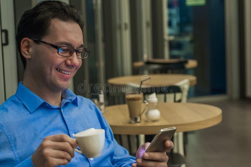 Stående av den iklädda lyxiga dräkten för ung säker manentreprenör som pratar på celltelefonen under arbetsavbrott royaltyfri foto