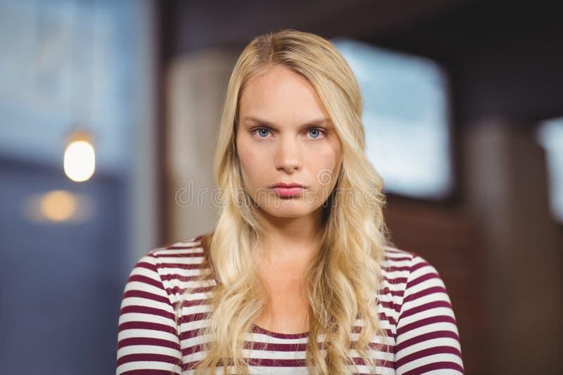 Stående av den ilskna affärskvinnan arkivfoto