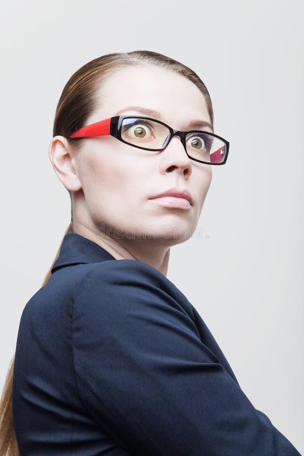 Stående av den ilskna affärskvinnan med exponeringsglas arkivfoto