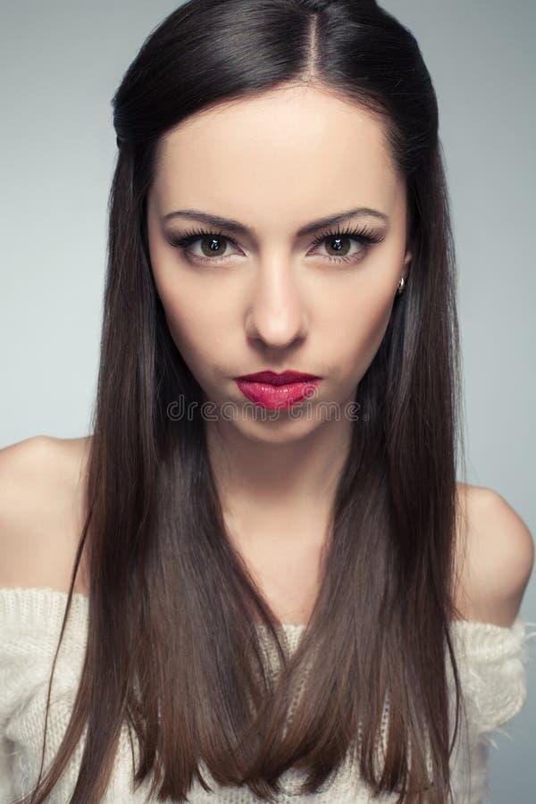 Stående av den ilskna härliga långhåriga brunetten royaltyfri bild