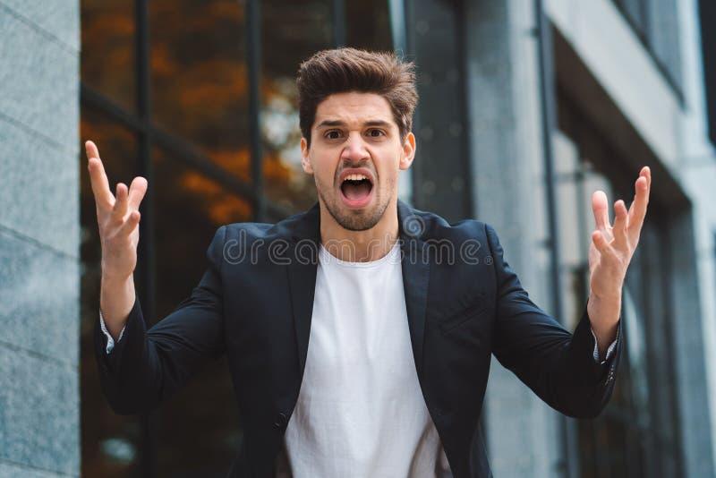 Stående av den ilskna rasande affärsmannen och att ha nervsammanbrottet på arbete som skriker i ilska, spänningsledning som är me royaltyfri fotografi