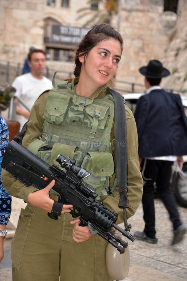 Stående av den Israel Defense Forces kvinnan arkivbilder