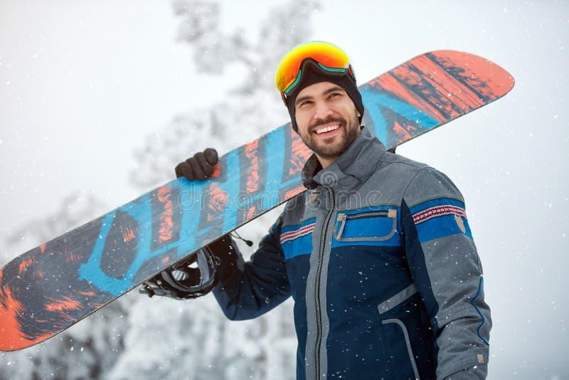 Stående av den kalla snowboarderen arkivbilder
