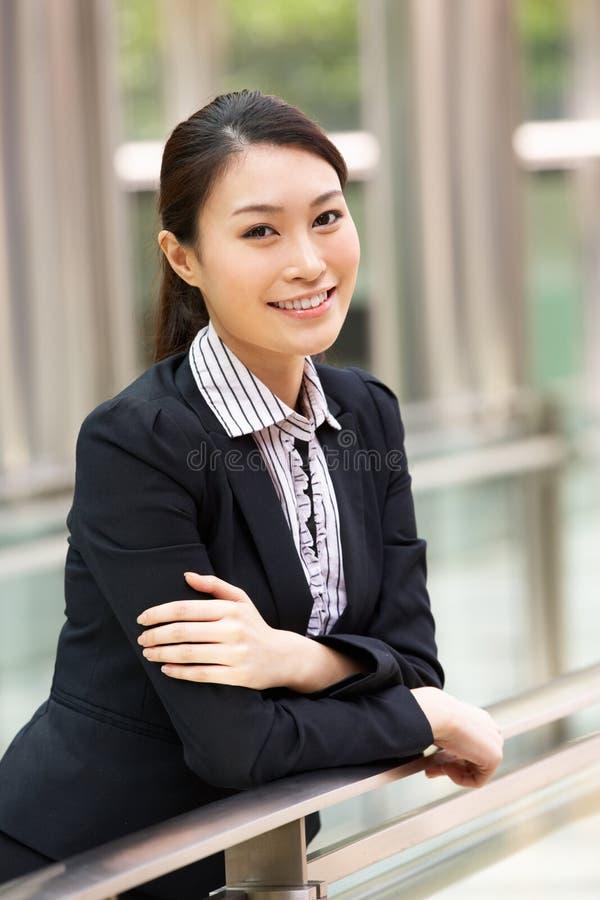 Stående av den kinesiska affärskvinnan utanför kontor arkivfoton