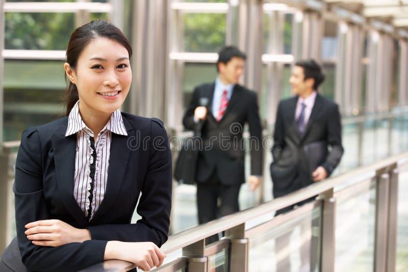 Stående av den kinesiska affärskvinnan utanför kontor royaltyfri fotografi