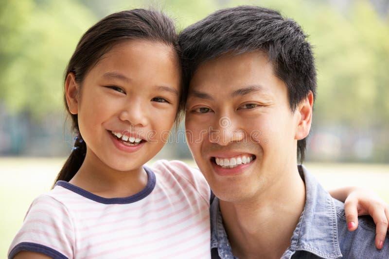 Stående av den kinesiska fadern med dottern i Park arkivfoto