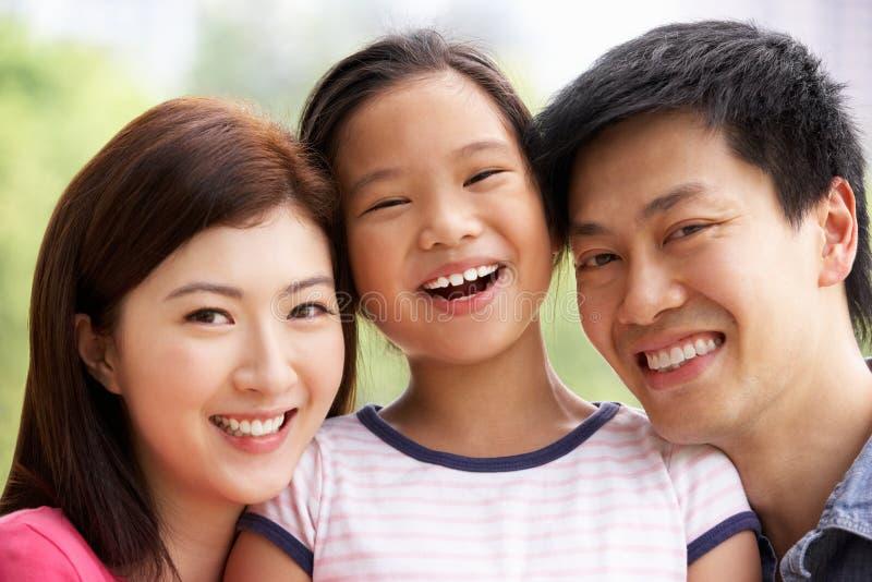 Stående av den kinesiska familjen med dottern i Park royaltyfri bild