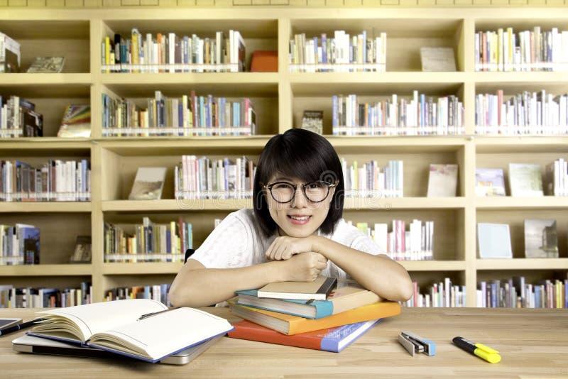 Stående av den klyftiga asiatiska studenten royaltyfri fotografi