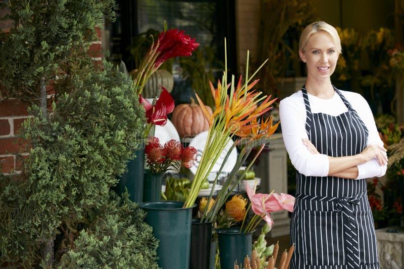 Stående av den kvinnliga blomsterhandlaren Outside Shop royaltyfri fotografi