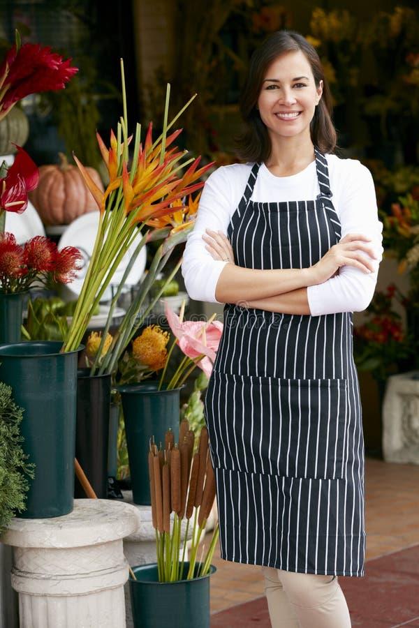 Stående av den kvinnliga blomsterhandlaren Outside Shop arkivfoto