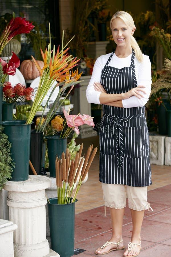 Stående av den kvinnliga blomsterhandlaren Outside Shop royaltyfria bilder