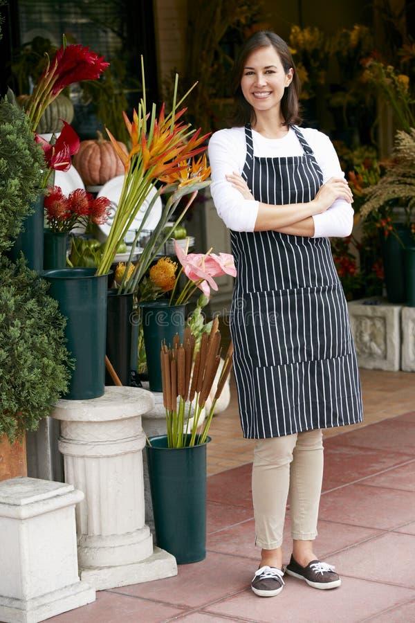 Stående av den kvinnliga blomsterhandlaren Outside Shop royaltyfri bild