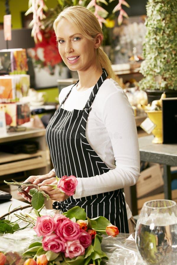 Stående av den kvinnliga blomsterhandlaren In Shop arkivbild
