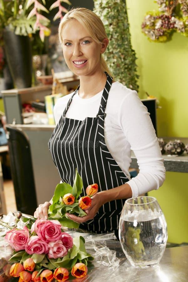 Stående av den kvinnliga blomsterhandlaren In Shop royaltyfri fotografi