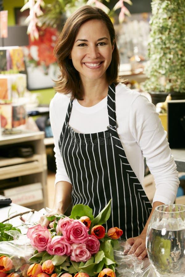 Stående av den kvinnliga blomsterhandlaren In Shop arkivfoto