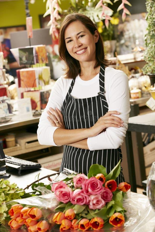 Stående av den kvinnliga blomsterhandlaren In Shop royaltyfri bild