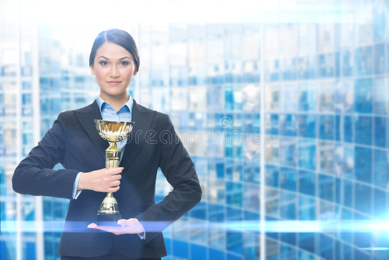 Stående av den kvinnliga chefen med den guld- koppen arkivfoton