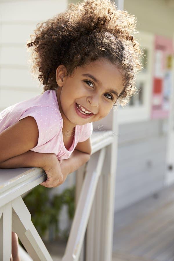 Stående av den kvinnliga eleven utanför klassrum på den Montessori skolan royaltyfri fotografi