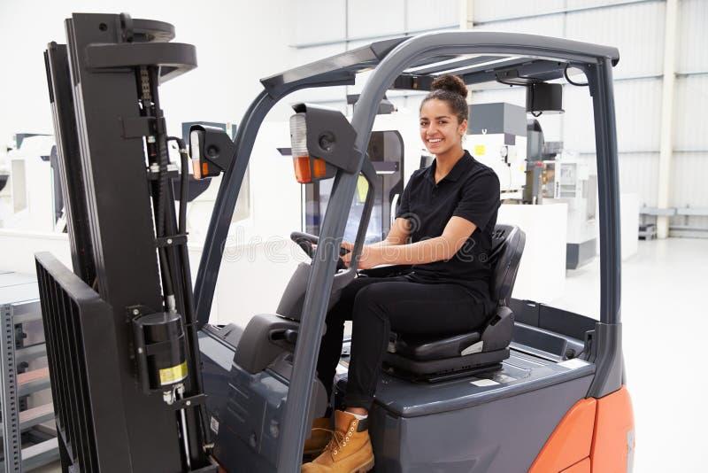 Stående av den kvinnliga gaffeltruckchauffören In Factory arkivfoto