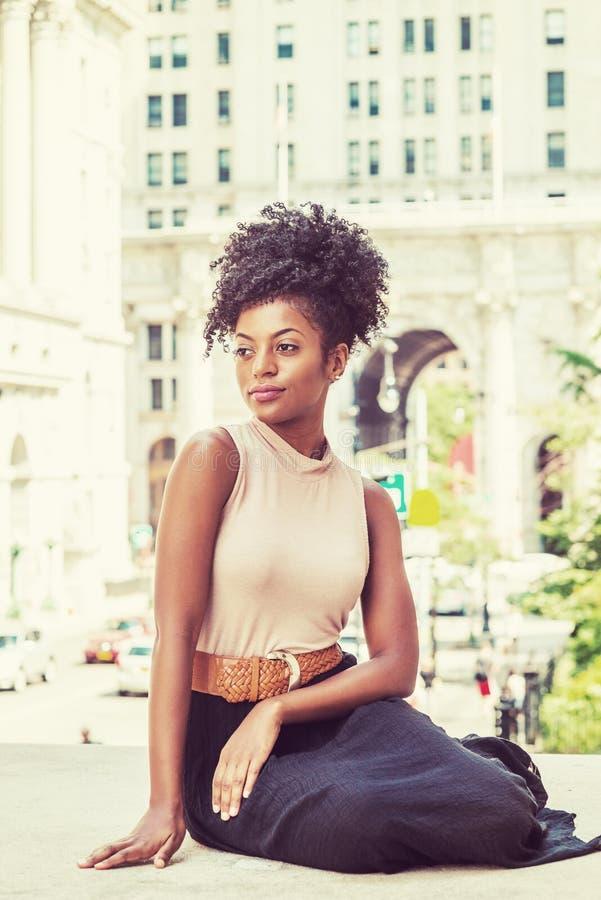 Stående av den kvinnliga högskolestudenten för ung afrikansk amerikan i nytt royaltyfri bild