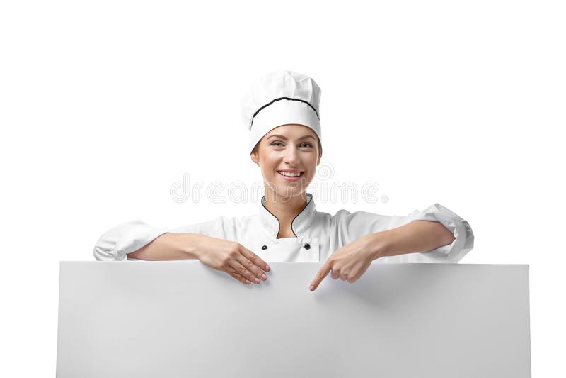 Stående av den kvinnliga kocken med affischen på vit arkivbilder