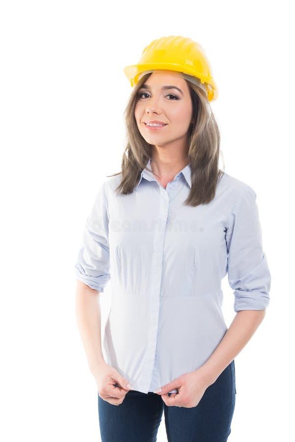 Stående av den kvinnliga konstruktörn som ordnar hennes skjorta royaltyfri fotografi