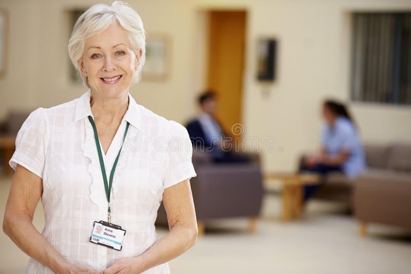 Stående av den kvinnliga konsulenten In Hospital Reception arkivbild