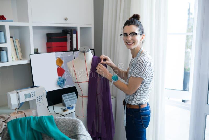 Stående av den kvinnliga märkes- planläggande klänningen på skyltdocka arkivbild