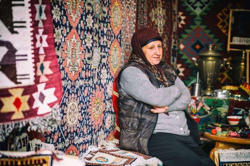 Stående av den kvinnliga mattsäljaren i byn Lahic, Azerbajdzjan royaltyfri foto