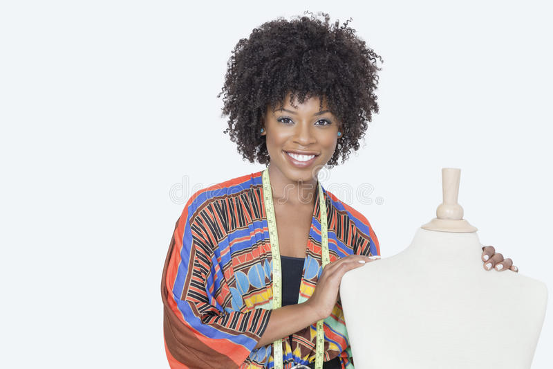 Stående av den kvinnliga modeformgivaren för afrikansk amerikan med skräddares attrapp över grå bakgrund royaltyfri bild