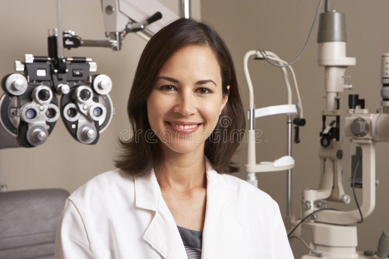Stående av den kvinnliga optiker In Surgery royaltyfri foto