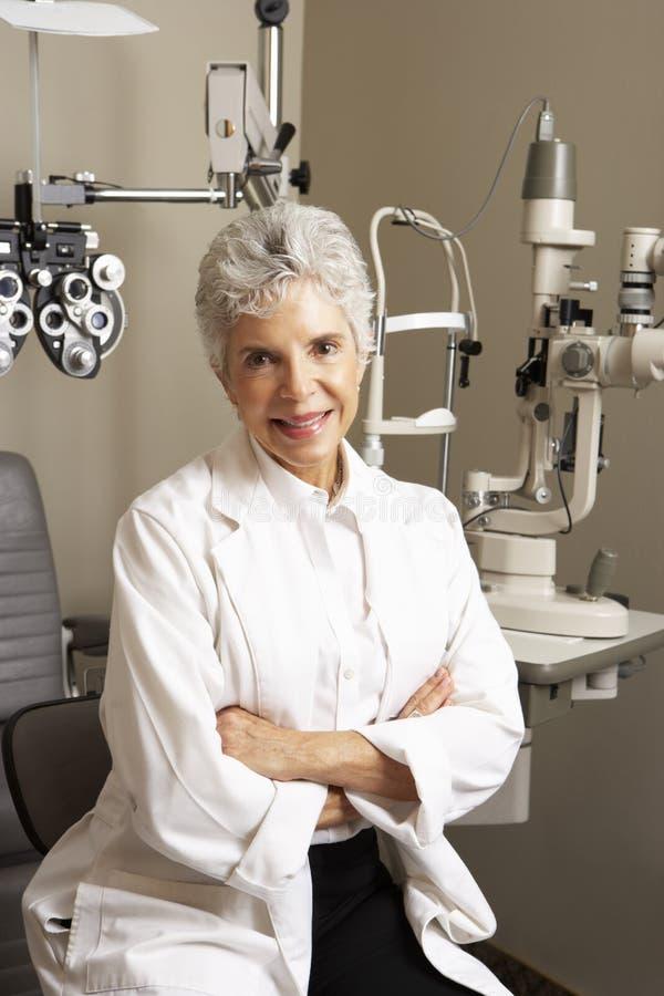 Stående av den kvinnliga optiker In Surgery fotografering för bildbyråer